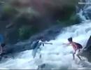 Thót tim cảnh học sinh băng qua dòng nước chảy xiết để kịp tới lớp