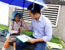 Nhân viên ngân hàng dành giờ nghỉ trưa dạy chữ cho bé bán vé số giữa Sài thành