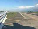 Máy bay không thể hạ cánh vì... chó chạy trên đường băng
