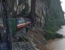 """Đường sắt """"tê liệt"""", 4.000 hành khách mắc kẹt vì bão số 2"""