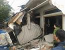Xe container nổ lốp tông sập nhà dân, hai người thương vong