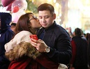 Các cặp đôi trẻ tay trong tay ấm áp đêm Giáng sinh
