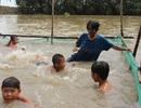 Người phụ nữ bán vé số dạy bơi miễn phí cho hơn 2.000 trẻ em vùng lũ