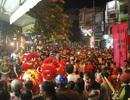 Đường phố tê liệt vì hàng nghìn người xem múa lân