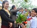 Học sinh hái hoa rừng tặng thầy cô