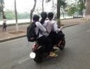 Hà Nội: Học sinh đầu trần, mũ treo xe, vô tư phạm luật giao thông