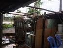 Lốc xoáy bất thường tấn công, nhà dân tan tác