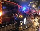 Cháy giữa khu dân cư, 50 cảnh sát dầm mưa dập lửa