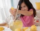 Bé gái 5 tuổi bị phạt vì bán nước chanh tự pha mà... không có giấy phép