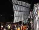 Giông lốc giật tung hàng loạt mái nhà, biển quảng cáo ở Sài Gòn