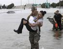 Cảm động ảnh đặc nhiệm Mỹ cứu mẹ con gốc Việt giữa tâm bão Harvey