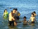 Người dân đổ xô ra biển, công viên giải nhiệt