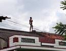 Nam thanh niên trèo lên nóc nhà dân ngồi hát nghêu ngao