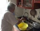 Hà Nội: Mất nước, dân chung cư phải hứng nước rửa hố rác dùng tạm