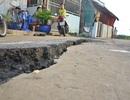 TPHCM: Mặt đường bất ngờ nứt toác dài hàng chục mét