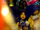 Người dân đội mưa đi chơi phố lồng đèn ở Sài Gòn