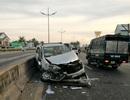 Xe 7 chỗ vỡ nát vì bị xe tải ép vào dải phân cách