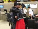 Paris Hilton tình tứ hôn bạn trai ngoài sân bay