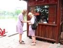 Người mặc váy ngắn, quần cộc phải khoác áo choàng khi vào đền Ngọc Sơn