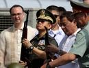 Tổng thống Philippines lên tàu chiến Nga nhận 5.000 súng trường