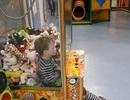 Nhóc con siêu quậy mắc kẹt trong máy gắp thú bông