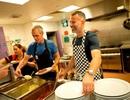 Ryan Giggs xắn tay vào bếp ủng hộ người vô gia cư