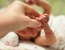 Cặp vợ chồng nhận nuôi bé sơ sinh không não khiến dân mạng nghẹn ngào
