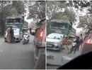 Hà Nội: Giằng co với CSGT để giúp... xe tải vi phạm chạy trốn