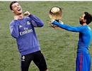Ảnh chế hài hước Messi dâng Quả bóng vàng cho C.Ronaldo