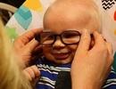 """Phản ứng """"siêu cute"""" của bé 3 tháng nhược thị lần đầu được đeo kính"""