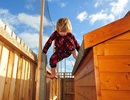 Tròn mắt với bé 6 tuổi mắc chứng tự kỷ lạ: Hở ra là lại leo trèo