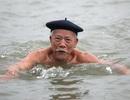 """Khai xuân """"độc nhất"""" Hà Thành: Tắm sông Hồng sáng mùng 1 Tết"""