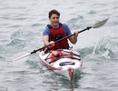 """Ảnh Thủ tướng Canada điển trai chèo thuyền """"đốn tim"""" dân mạng"""