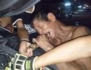 Trăn chui vào xe rồi mắc kẹt, người đàn ông... dùng răng để gỡ ra