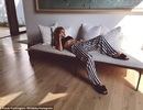 Vòng eo nhỏ xíu của siêu mẫu Anh Jason Statham sau 3 tháng sinh nở