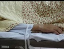 Xót xa hình ảnh bệnh nhân run rẩy, bị trói chặt vào giường bệnh
