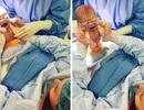Kỳ diệu khoảnh khắc mẹ tự lôi con ra khỏi tử cung trong phòng sinh