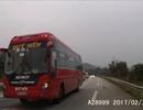Ôtô khách thường xuyên vượt lấn làn - Không còn cách áp chế?