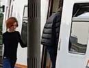 """Cặp đôi thản nhiên """"tình tứ"""" trên sân ga trong lúc đang chờ tàu"""