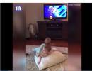 """Clip """"2 em bé tái hiện cảnh trên TV cực đáng yêu"""" ấn tượng nhất tuần qua"""