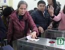 Hành khách hứng thú với cổng soát vé tự động tại ga Hà Nội