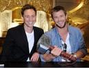 Chris Hemsworth thân thiết bên Tom Hiddleston