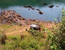 Ô tô mất lái lao xuống mép sông