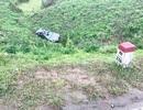 Ô tô con lao xuống vực, 4 người Trung Quốc bị thương