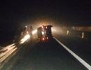 Xe 7 chỗ lật trên cao tốc, lái xe may mắn thoát chết