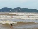Bất chấp sóng cao cả mét, người người hùa nhau tắm biển sau bão