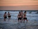 Hàng trăm người cùng tắm biển khỏa thân để gây quỹ từ thiện