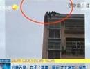 Người chồng túm tóc treo vợ lơ lửng khi đòi tự tử