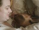 Bịt mũi trước cặp vợ chồng thích ngủ chung với... lợn