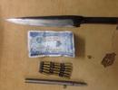 Thanh niên thủ súng bút và dao để phòng thân khi dạo phố